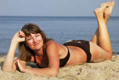 Jovem mulher na areia Imagens de Stock