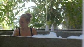 Jovem mulher na banheira video estoque