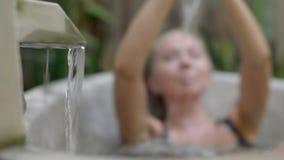 Jovem mulher na banheira vídeos de arquivo