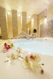 Jovem mulher na banheira de hidromassagem imagem de stock royalty free