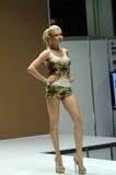 Jovem mulher na blusa e short com desfile de moda da expo de Moscou Lingrie das flores Fotografia de Stock