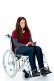 Jovem mulher na cadeira de rodas com smartphone Fotos de Stock Royalty Free