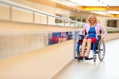 Jovem mulher na cadeira de rodas no centro médico Imagens de Stock Royalty Free