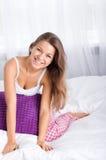 Jovem mulher na cama Imagens de Stock Royalty Free
