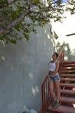 Jovem mulher na camiseta de alças e no short imagens de stock royalty free