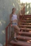 Jovem mulher na camiseta de alças e no short fotos de stock