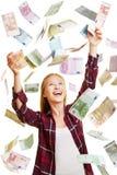 Jovem mulher na chuva de contas de dinheiro do Euro Foto de Stock