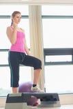 Jovem mulher na classe de ginástica aeróbica no gym Foto de Stock
