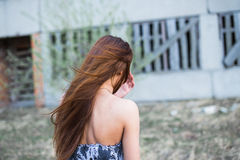 Jovem mulher na construção próximo abandonada floral do vestido Imagem de Stock
