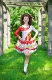 Jovem mulher na dança irlandesa do vestido da dança exterior Foto de Stock Royalty Free