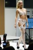Jovem mulher na expo branca Autumn Moscow de Lingrie da roupa interior e do desfile de moda das meias Fotos de Stock Royalty Free