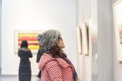 Jovem mulher na exposição Foto de Stock Royalty Free
