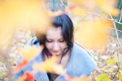 Jovem mulher na floresta Fotos de Stock