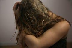 Jovem mulher na frente da câmera em uma sessão fotográfica Imagens de Stock