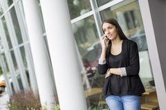Jovem mulher na frente do escritório Fotos de Stock Royalty Free