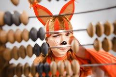 Jovem mulher na imagem do esquilo vermelho com ábaco imagens de stock royalty free