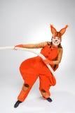 Jovem mulher na imagem do esquilo vermelho que puxa uma corda imagens de stock royalty free