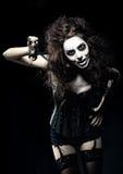 Jovem mulher na imagem do palhaço arrepiante gótico mau com tesouras Imagem de Stock Royalty Free