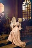 Jovem mulher na imagem do século XVIII que levanta no exterior do vintage fotografia de stock