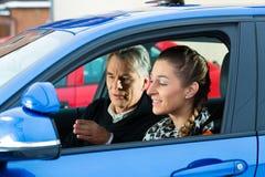 Jovem mulher na lição de condução foto de stock royalty free