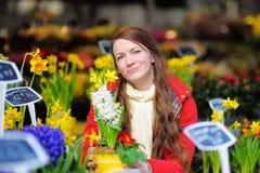 Jovem mulher na loja de flores parisiense Imagem de Stock