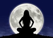Jovem mulher na meditação na Lua cheia Fotografia de Stock Royalty Free