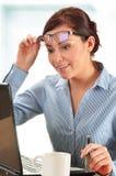 Jovem mulher na mesa de escritório Imagens de Stock