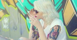 Jovem mulher na moda com uma tatuagem do vampiro vídeos de arquivo