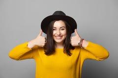Jovem mulher na moda que mostra o polegar acima foto de stock royalty free
