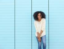 Jovem mulher na moda que sorri fora fotografia de stock