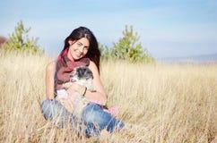 Jovem mulher na montanha do outono Foto de Stock Royalty Free