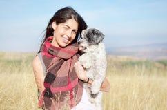 Jovem mulher na montanha do outono Imagens de Stock