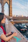 Jovem mulher na ponte de Brooklyn foto de stock royalty free