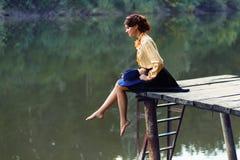 Jovem mulher na ponte de madeira Fotografia de Stock