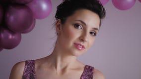 Jovem mulher na posição roxa do vestido no fundo vídeos de arquivo