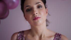 Jovem mulher na posição roxa do vestido no fundo filme