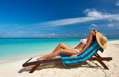 Jovem mulher na praia Fotografia de Stock Royalty Free