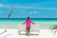 Jovem mulher na praia Foto de Stock