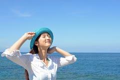 Jovem mulher na praia Fotografia de Stock