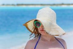 Jovem mulher na praia fotos de stock royalty free
