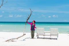 Jovem mulher na praia Imagens de Stock
