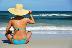 Jovem mulher na praia mediterrânea Foto de Stock Royalty Free