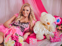 Jovem mulher na roupa cor-de-rosa da forma Foto de Stock