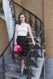 Jovem mulher na roupa de noite elegante do verão que está na espera da escadaria imagem de stock royalty free