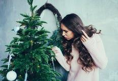 Jovem mulher na roupa elegante sobre o interior do Natal imagens de stock