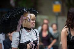 Jovem mulher na roupa gótico do estilo em Utrecht Fotos de Stock Royalty Free