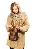 Jovem mulher na roupa morna com saco feito malha Fotografia de Stock