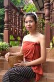 Jovem mulher na roupa tradicional Imagens de Stock Royalty Free