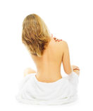 A jovem mulher na toalha terry senta-se no assoalho imagens de stock
