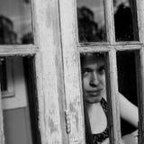 Jovem mulher na varanda de uma casa de campo Imagem de Stock Royalty Free